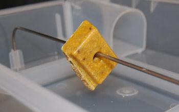 ネズミ調査ブロックには穴がありますので、針金等に通してお使いください。